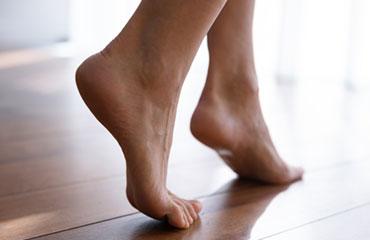 Unsere Füße tragen uns tagtäglich, ständig halten sie große Belastungen aus. Für ihren schweren Stand bekommen sie allerdings viel zu wenig Beachtung. Dabei brauchen unsere Füße viel Aufmerksamkeit, damit sie gesund bleiben und ihre Aufgabe gut und zuverlässig erfüllen. Die  MOBILE FUSSPPFLEGE unseres BEAUTYINSTITUTS bietet Ihnen eine exklusive Wellnessbehandlung für die Füße. Wir unterstützen das allgemeine Wohlbefinden.