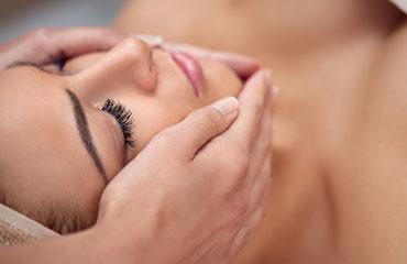 Unsere Ganz-Körper-Massage ist eine angenehme und zugleich beruhigende Anwendung in einem wundervollen Ambiente. Bei einem kurzen Vorgespräch wird die nachfolgende Massage individuell auf Ihre Bedürfnisse abgestimmt. Es erwartet Sie ein Zustand tiefer Entspannung und Regeneration. Der Stoffwechsel und die Durchblutung werden aktiviert, die Muskulatur wird gelockert, die tieferen Hautschichten mobilisiert, Verspannungen werden gelöst und Alltagsstress abgebaut.